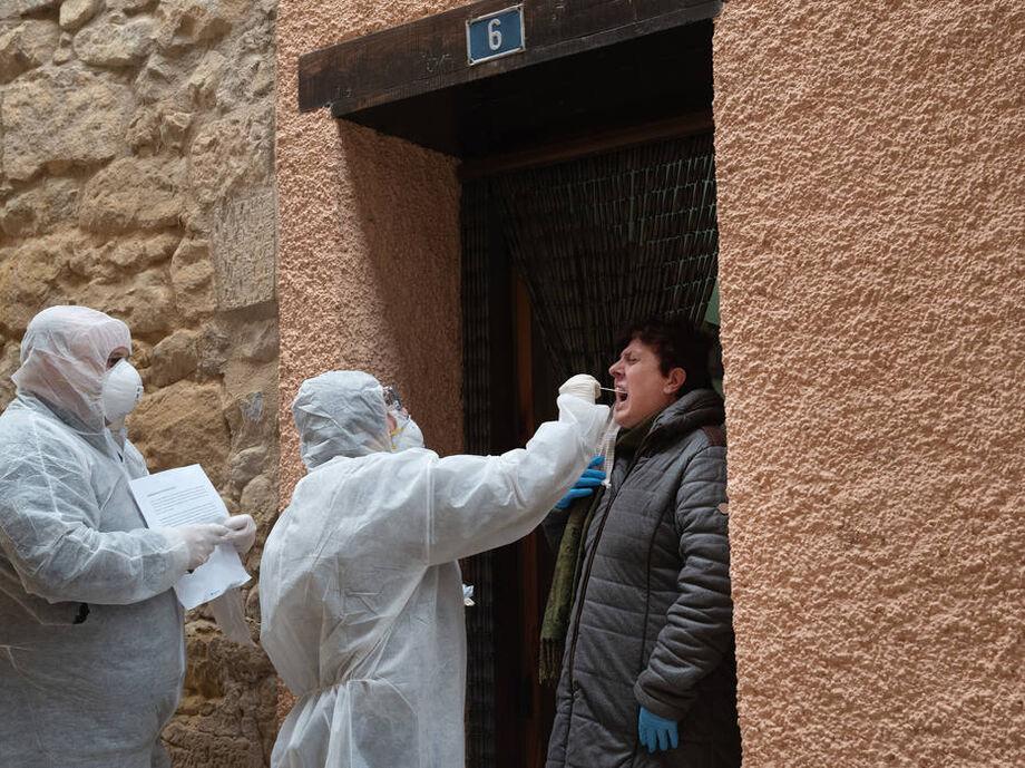 Funcionários de laboratório realizam exame em enfermeira na Espanha