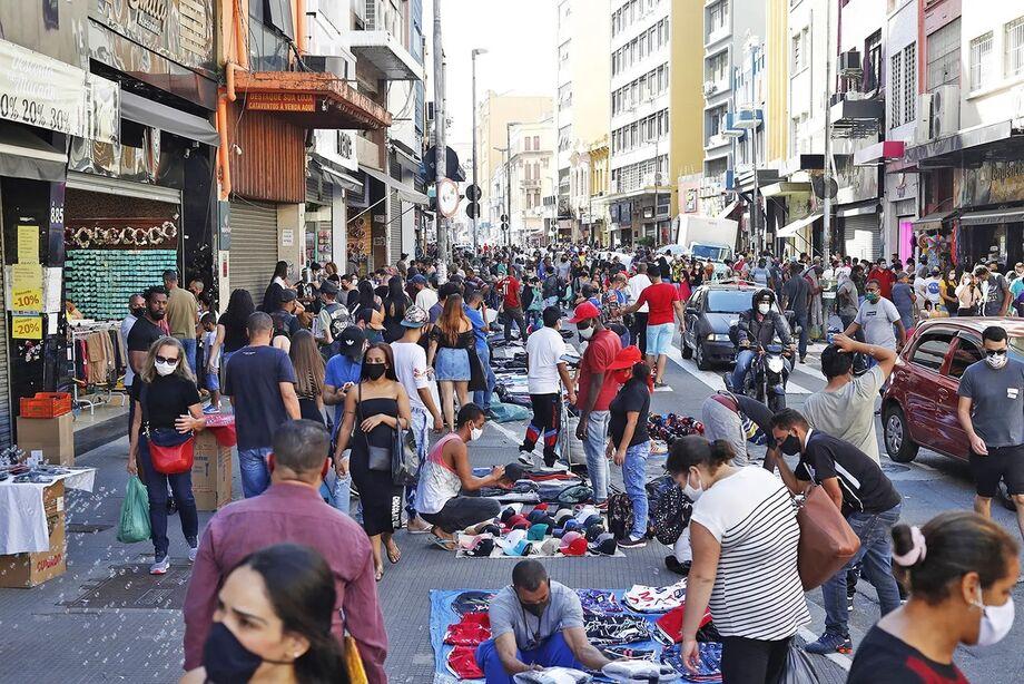 Mesmo com alto número de casos ainda na cidade, Rua 25 de Março ficou cheia após a reabertura