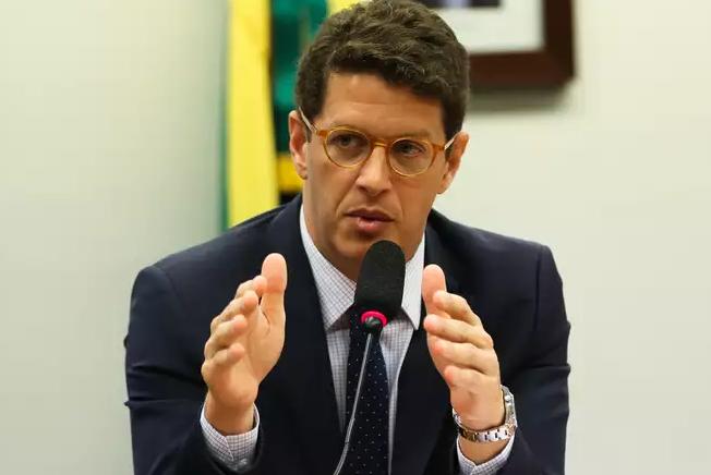 O MPF acusa Salles de improbidade administrativa em uma série de atos, omissões e discursos.