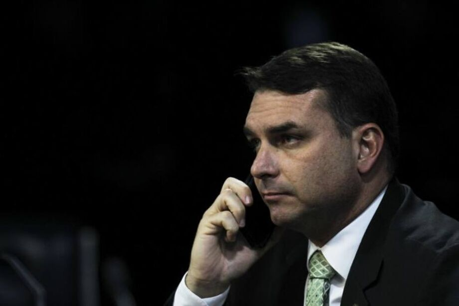 Em nota para comentar a ação do Facebook, o senador Flávio Bolsonaro (Republicanos-RJ) afirmou que julgamentos que não permitem o contraditório