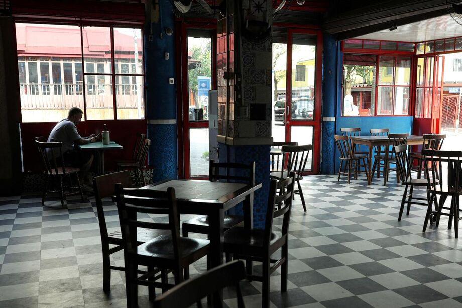 Os bares e restaurantes que reabriram desde segunda-feira tiveram movimento muito fraco, segundo a Abrasel.