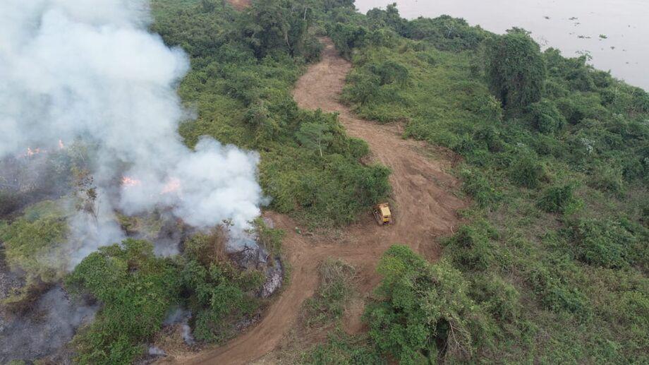 Focos próximos a escola do Jatobazinho exigiram ação rápida de bombeiros, brigadistas e voluntários