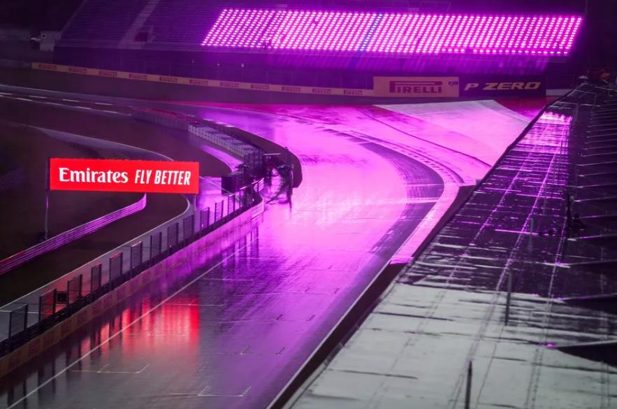A pista estava muito molhada e as condições para pilotagem eram muito ruins.