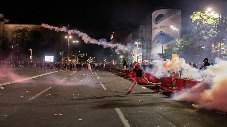A polícia sérvia deteve 71 pessoas após confrontos durante a quarta noite de protestos contra o governo do presidente da Sérvia, Aleksandar Vucic