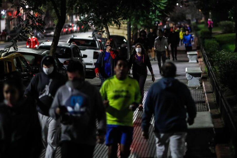 Na quinta-feira, feriado do Dia da Independência, muitos argentinos saíram às ruas das principais cidades do país em marchas e carreatas para protestar contra a volta do confinamento.