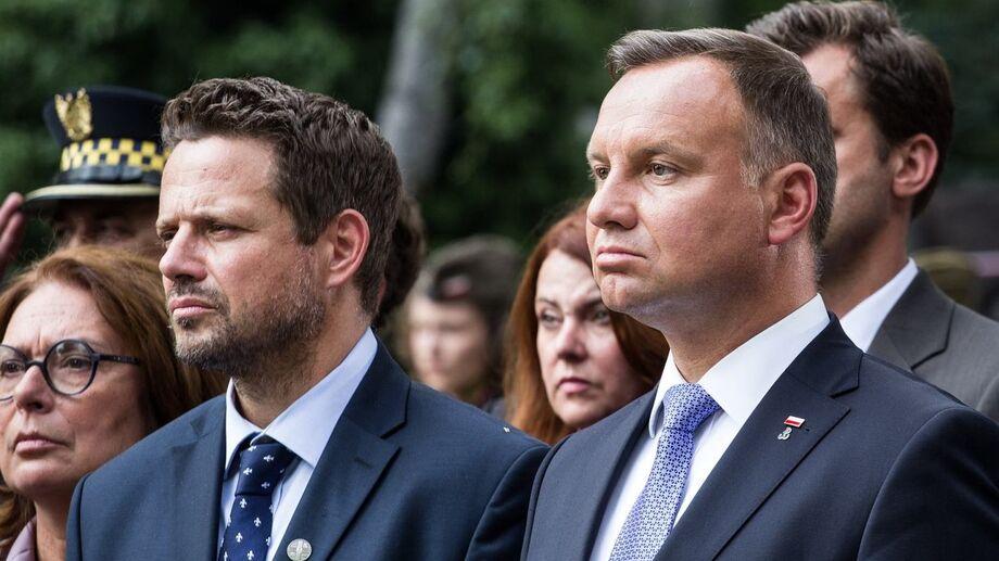 Rafal Trzaskowski, à direita, e seu concorrente, e eleito, Andrzej Duda