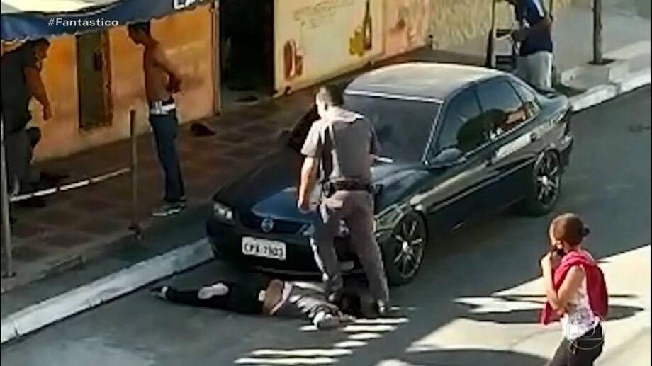 Imagens mostram policial pisando no pescoço da mulher