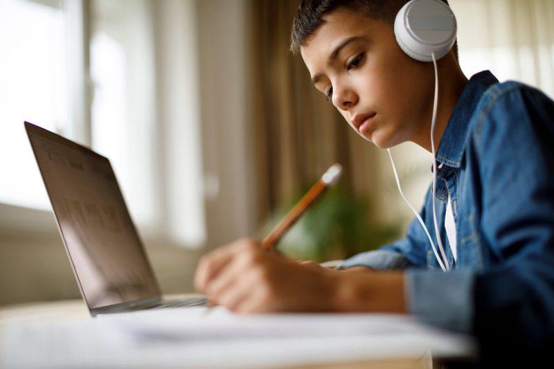 O ensino híbrido se acentuou com o advento da internet e nada mais é do que combinar diversas plataformas, como filmes, rádio e televisão, por exemplo