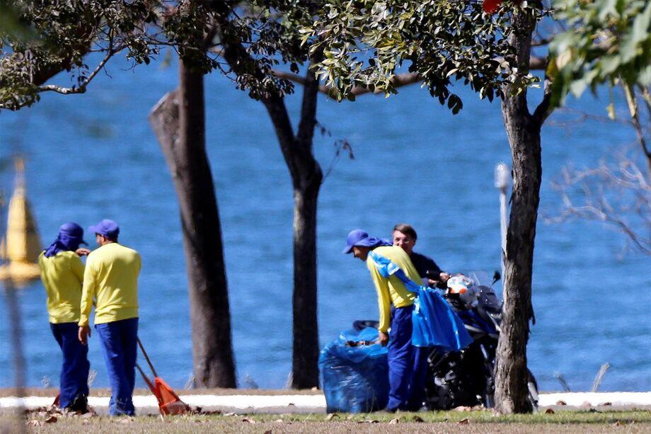 Bolsonaro aparece sorrindo para profissionais que faziam a limpeza da área externa do Palácio