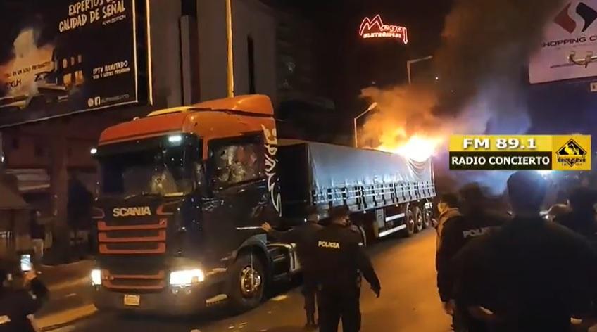 Caminhão ficou em chamas na cidade paraguaia após noite de protestos