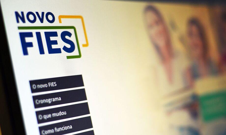 O Fies é um programa do MEC que concede financiamento a estudantes em cursos superiores não gratuitos, em instituições de educação superior particulares