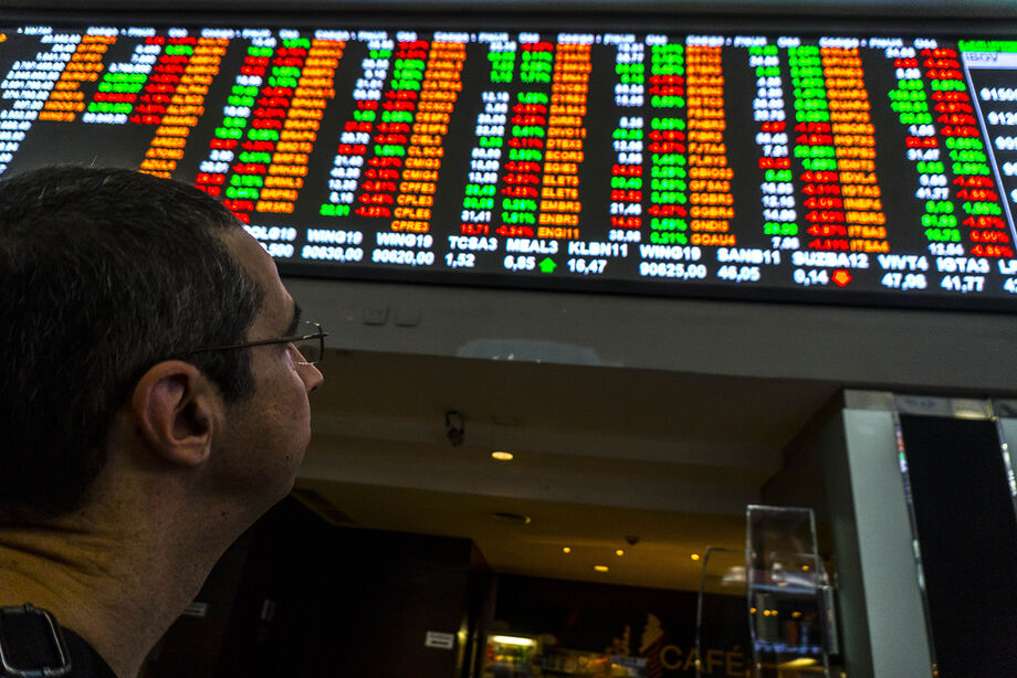 Em meio a uma série de divulgações de balanços do segundo trimestre no Brasil e no exterior, o investidor adota cautela