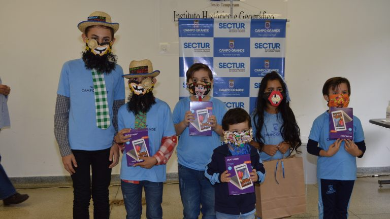 Crianças em concurso de máscaras