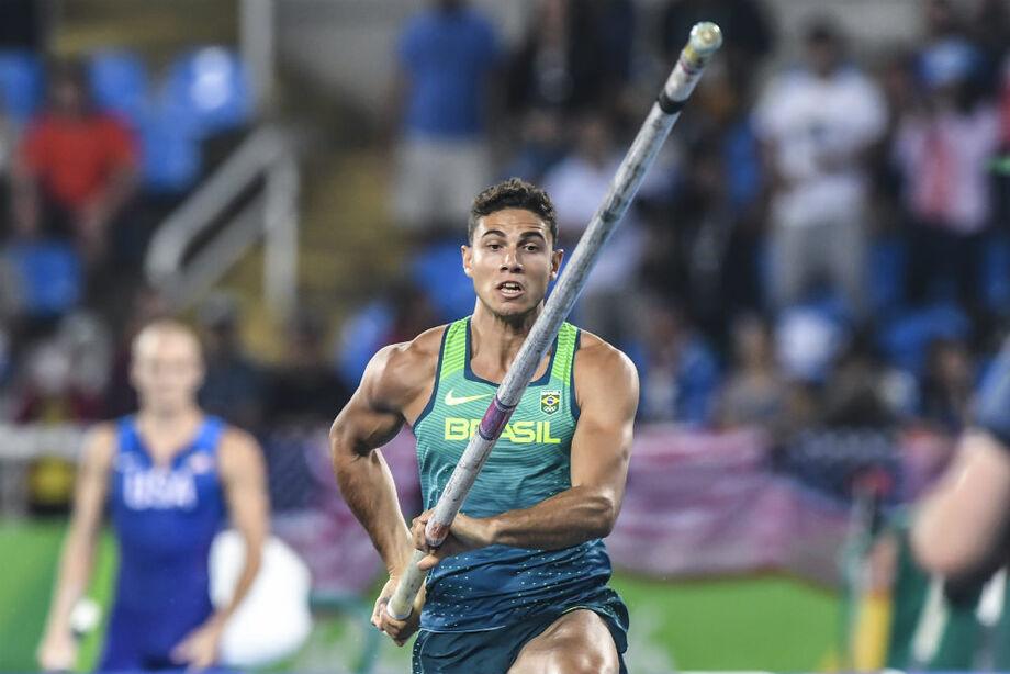O campeão olímpico do salto com vara Thiago Braz