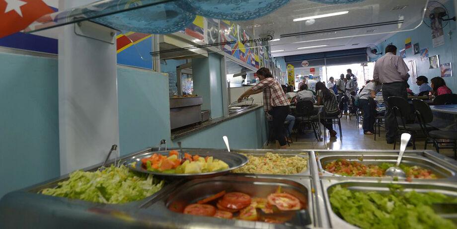 No decreto que começa hoje (1º) em Campo Grande, os restaurantes podem abrir de segunda a domingo das 5 às 21h