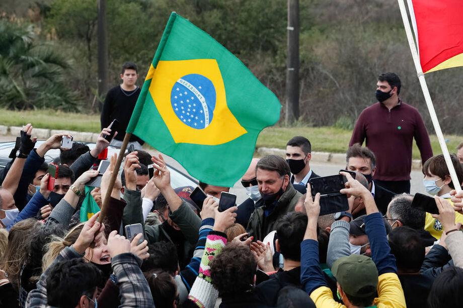 Em Bagé (RS), Jair Bolsonaro conversou com apoiadores e provocou aglomerações; presidente deve intensificar viagens pelo Brasil