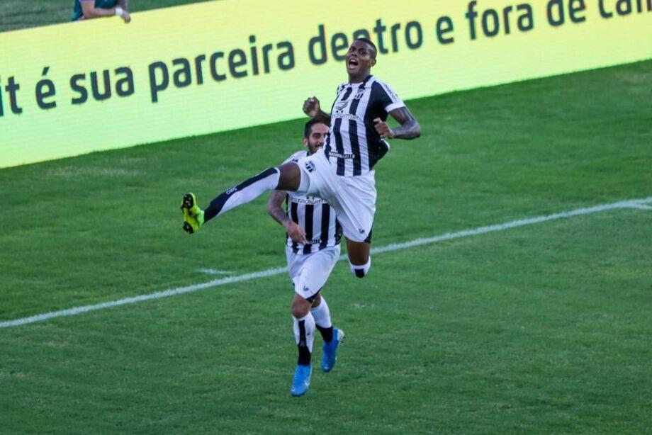 O Ceará contou com falhas da defesa adversária para dar um importante passo rumo ao bi da Copa do Nordeste na tarde deste sábado ao ganhar do Bahia, por 3 a 1, de virada, no Pituaçu, pelo primeiro jogo da final