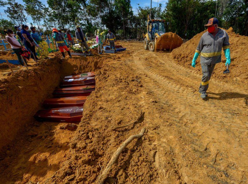 Valas no Cemitério Público Nossa Senhora Aparecida para enterrar vítimas da covid-19 no Amazonas. Doença fez mais de 93.000 vítimas no Brasil