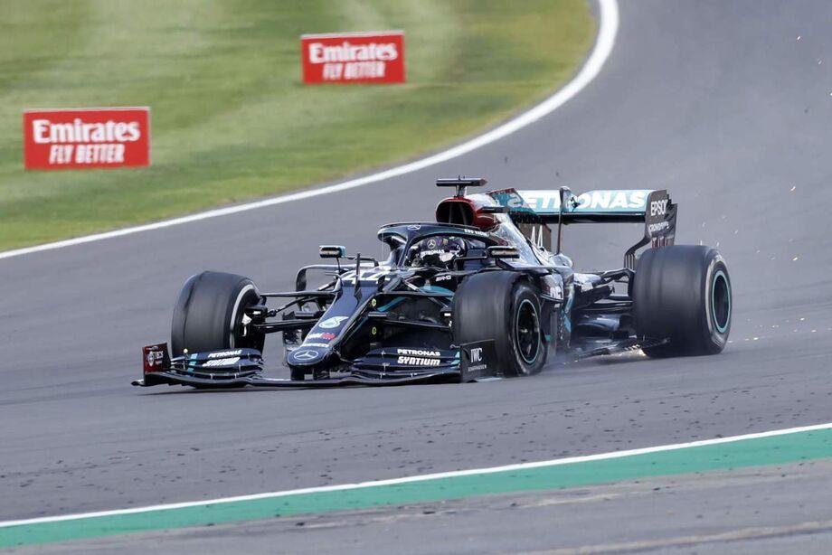 O piloto da Mercedes perdeu o pneu dianteiro esquerdo por desgaste já durante a última volta e se arrastou na pista para sustentar a liderança e completar a corrida