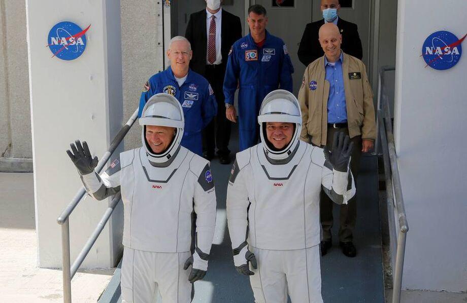 O foguete Falcon 9 levou dois astronautas americanos