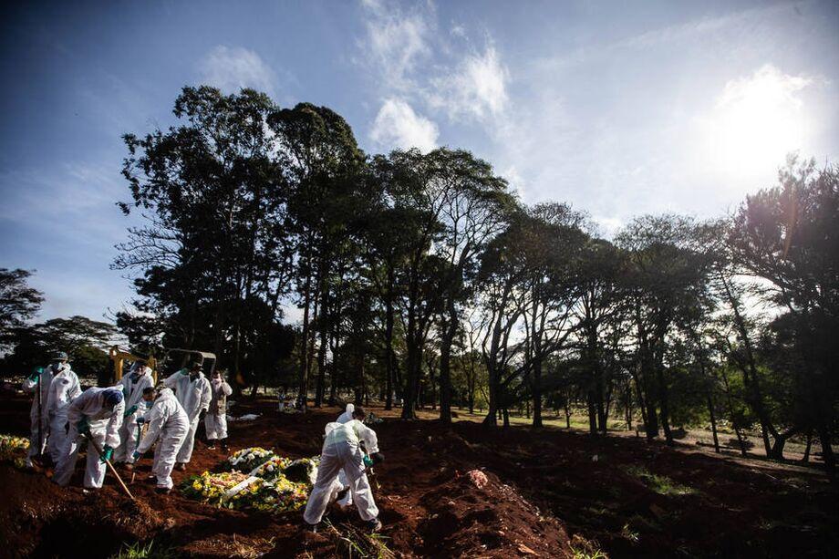 Enterro de pessoa que morreu pela covid-19 no Cemitério Vila Formosa, zona leste da capital paulista.