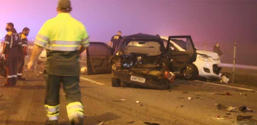 """Uma carreta, que não conseguiu frear, colidiu com os veículos parados na rodovia, atropelando as pessoas que estavam no local"""", informou a PRF."""
