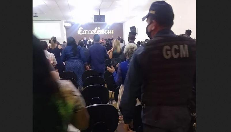 A igreja foi notificada por aglomeração e os responsáveis orientados que, em caso de reincidência, o local será interditado