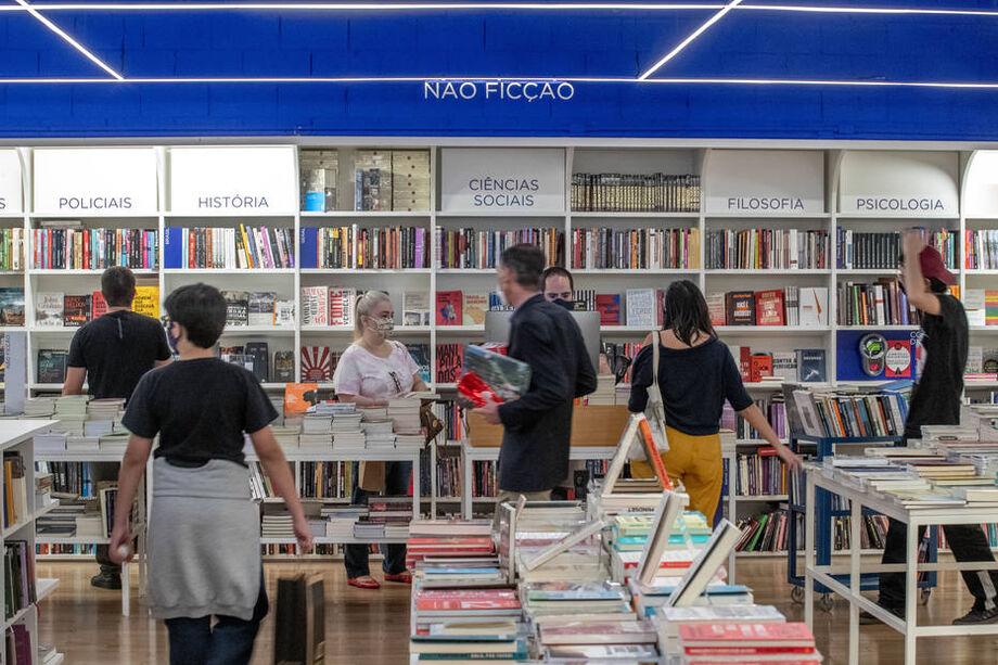 Leitores usam máscara na Livraria da Vila do Shopping Pátio Higienópolis