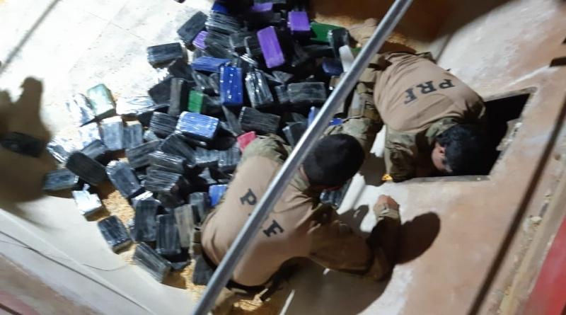 Durante a madrugada desta quinta-feira (6) a PRF (Polícia Rodoviária Federal) apreendeu cerca de 211 quilos de cocaína, que estava escondida em meio a uma carga de milho em um caminhão