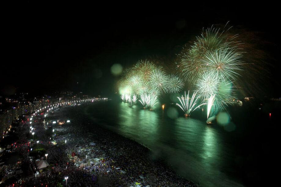 Queima de fogos na Praia de Copacabana, na zona sul do Rio de Janeiro
