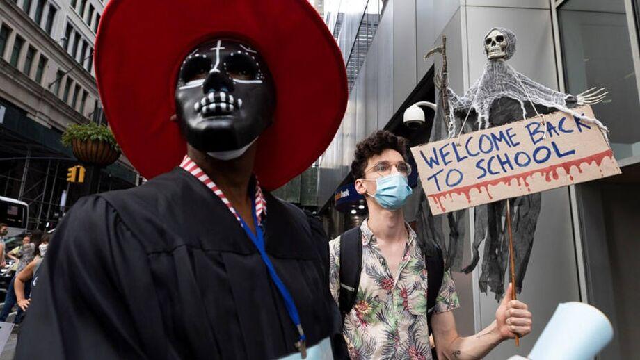 Professores, pais e alunos protestam em Nova York contra a reabertura de escolas sob a pandemia de coronavírus.