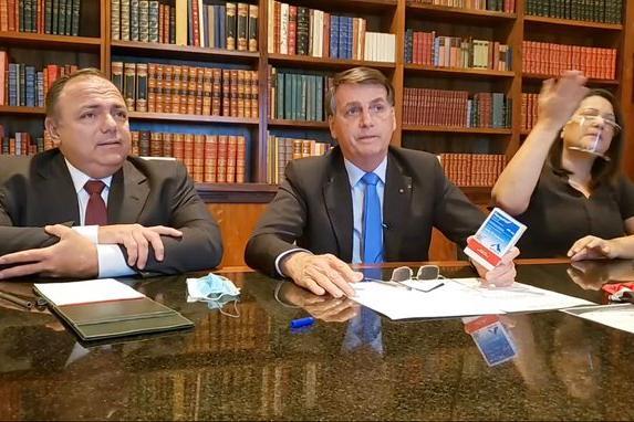 O presidente Jair Bolsonaro e o ministro interino da Saúde, Eduardo Pazuello, durante a live