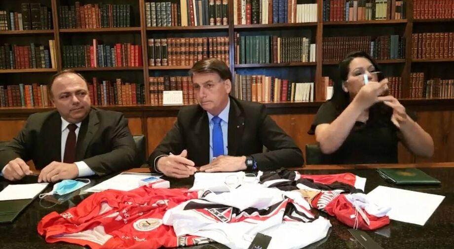 O presidente Jair Bolsonaro ao lado do ministro interino da Saúde, Eduardo Pazuello, em live realizada nesta quinta-feira