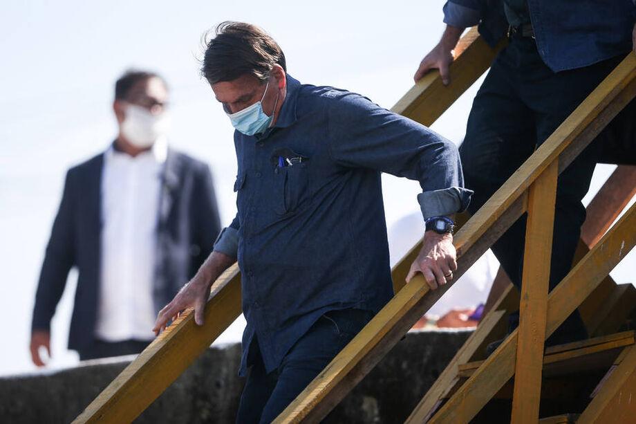 O presidente Jair Bolsonaro durante visita a obra de recuperação de ponte em São Vicente