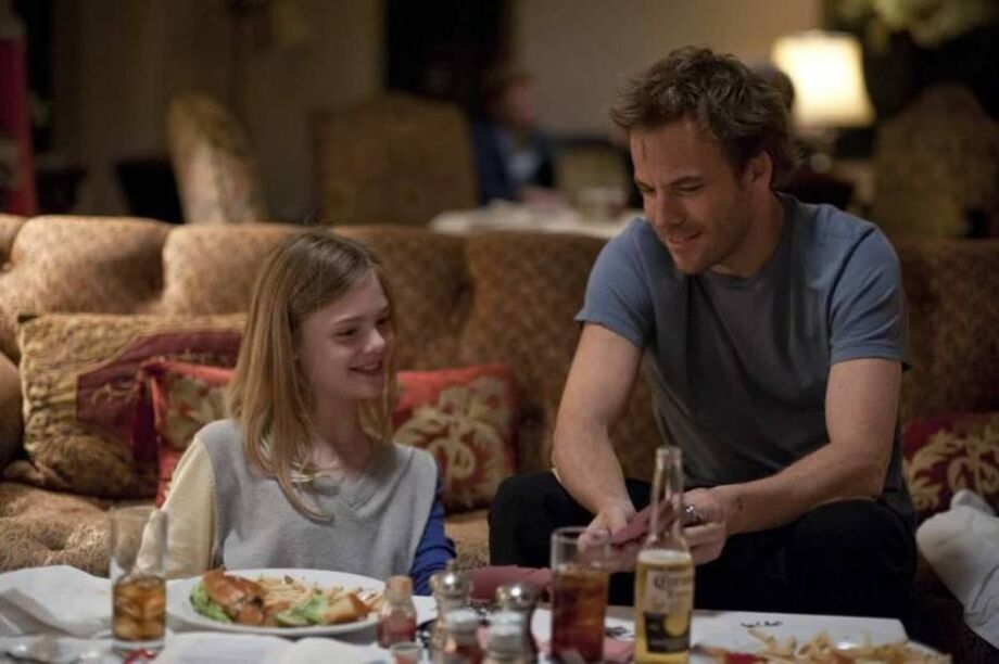 Cena de 'Um Lugar Qualquer', com Stephen Dorff e Elle Fanning nos papeis de pai e filha