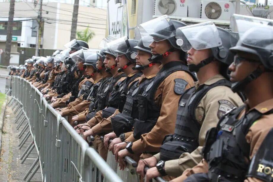 Policiais militares perfilados.