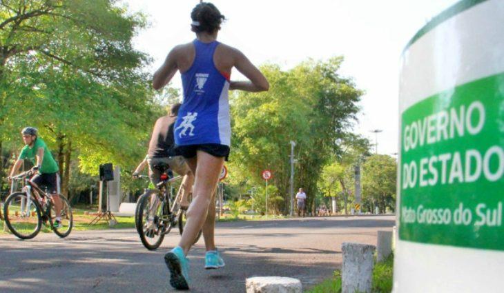 O Amigos do Parque consiste no fechamento de uma das pistas do Parque dos Poderes para possibilitar a prática desportiva, como caminhadas, corridas, passeios de bicicleta e patins.