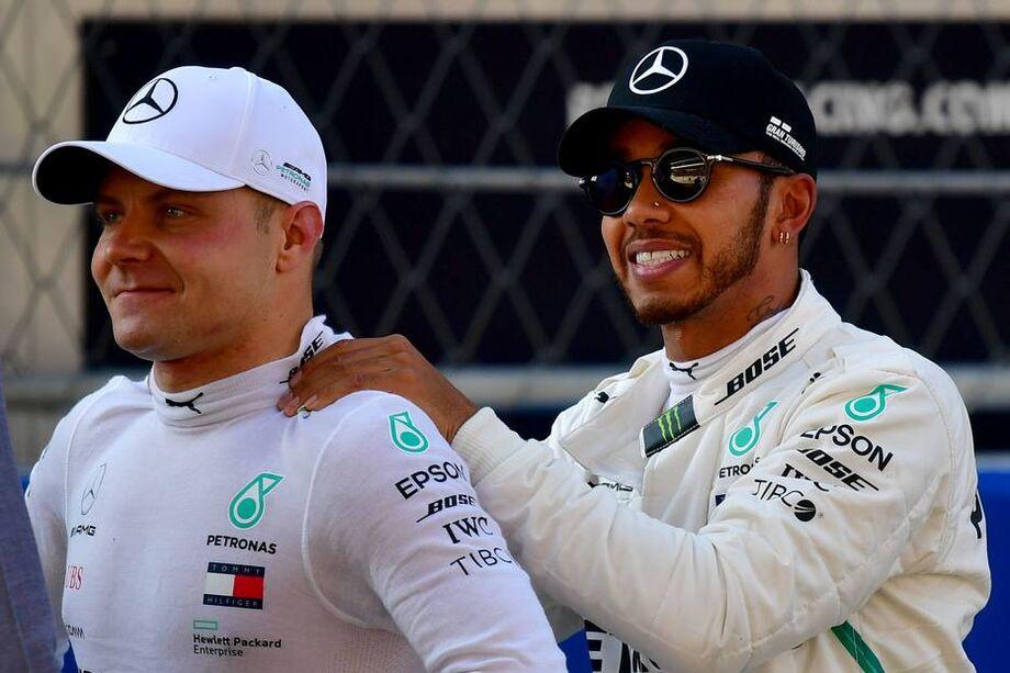 Lewis Hamilton cumprimenta Valtteri Bottas pela pole do GP da Rússia de F-1