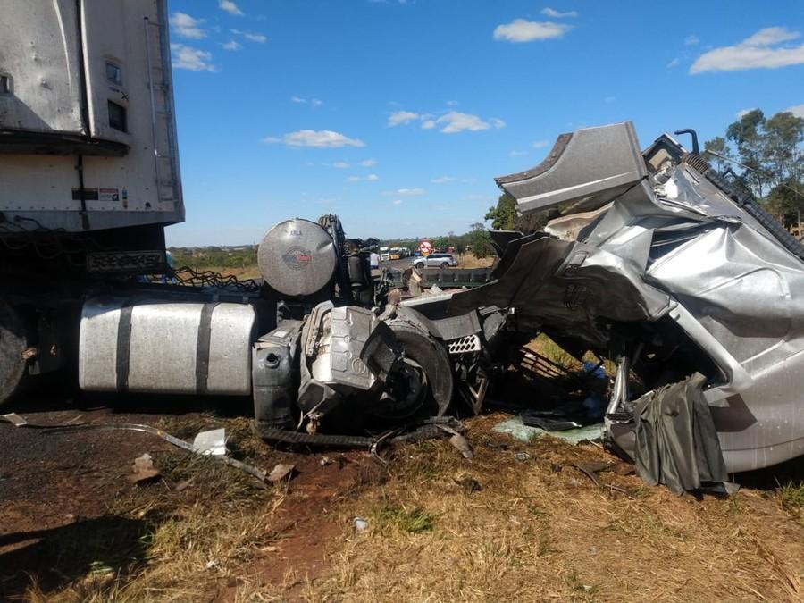 Um acidente envolvendo um carro de passeio e três caminhões aconteceu hoje