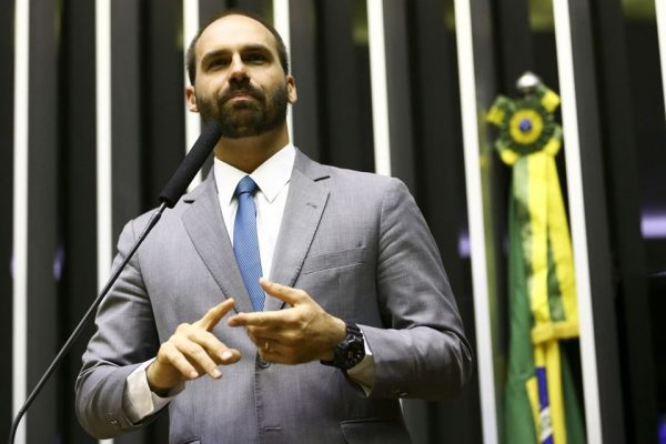 Para filho do presidente, informações passadas pelo ministro André Mendonça a parlamentares são sigilosas