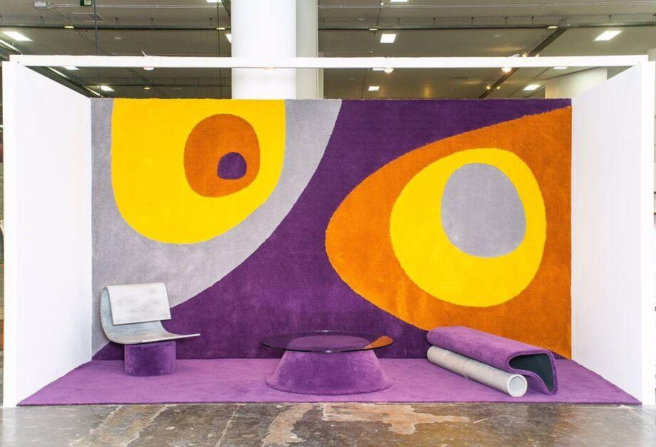 Tapeçaria e móveis criados por Rodrigo Ohtake, arquiteto e designer que desenvolveu estilo arquitetônico próprio no uso de cores e formas livres
