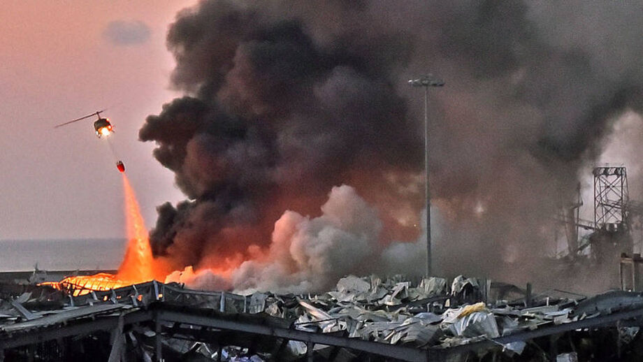 Helicóptero trabalha no combate a um incêndio no local de uma explosão no porto de Beirute, no Líbano