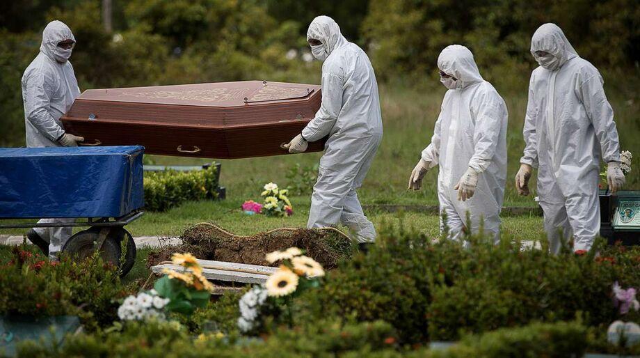 Vítima de covid-19 sendo sepultada