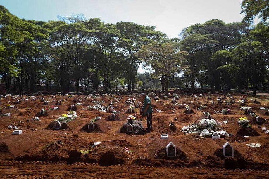 Vista geral de um terreno do cemitério de Vila Formosa, em São Paulo. O Brasil é o segundo país do mundo mais afetado pela covid-19, atrás dos Estados Unidos.