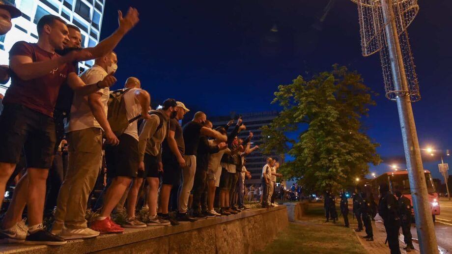 Os apoiadores da oposição convocaram protestos contra o que descreveram como uma eleição fraudulenta