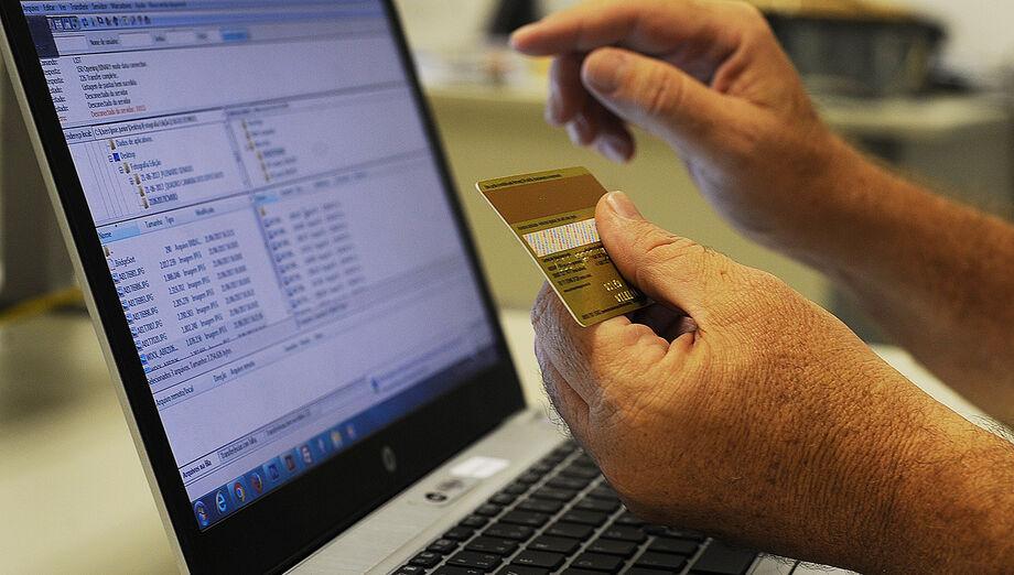 Segundo o relatório, o e-commerce no Brasil alcançou, no último mês, a marca de 1,29 bilhões de acessos