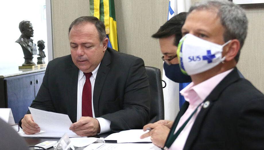 O ministro interino Pazuello (esq.) e membros de conselhos de secretários de saúde de Estados e municípios em reunião