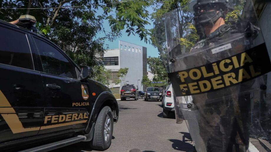 Além delas, outras três pessoas foram presas quando efetuavam a entrega de malas já preparadas, com a droga escondida, para as mulas, indicou a Polícia Federal