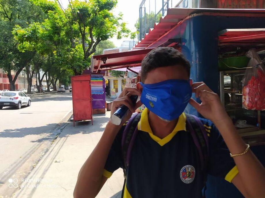 Estudantes da rede estadual de ensino do Amazonas receberam máscaras de proteção em tamanho inadequado