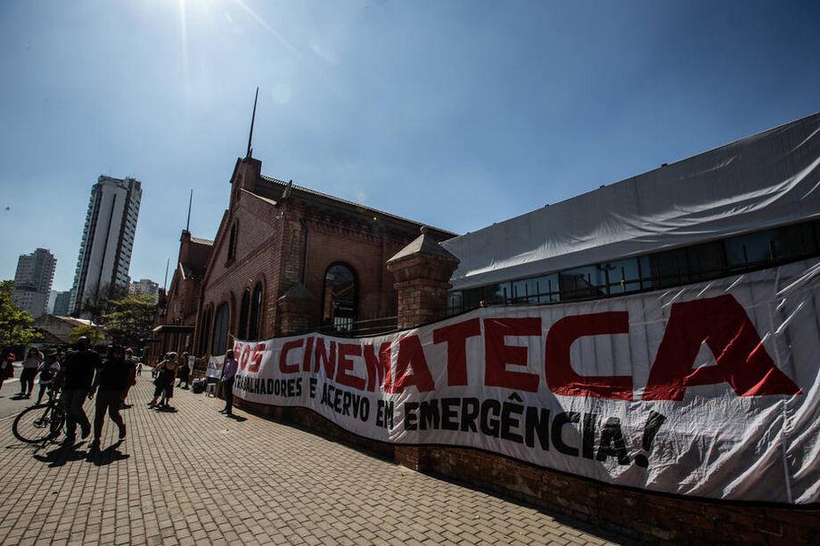 Dezenas de manifestantes se reuniram em frente à sede da Cinemateca, na Vila Mariana, em São Paulo